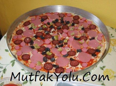 evde-bol-malzemeli-pizza-tarifi.jpg